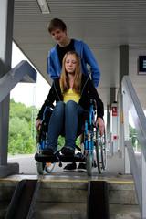 Rollstuhl Treppe Bahnhof