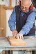 älterer mitarbeit in der schreinerei