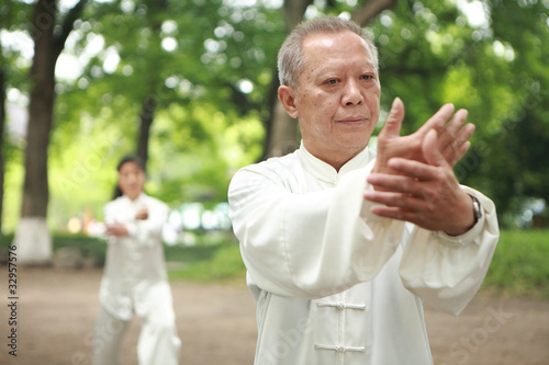 chinese do taichi outside - 32957576