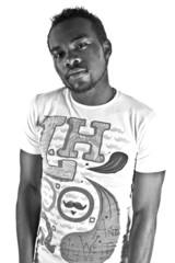 jeune homme africain en noir et blanc