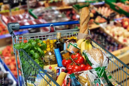 In de dag Barcelona Lebensmittel im Einkaufswagen