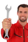 Mechaniker hält Schraubenschlüssel