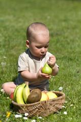 Kleiner Junge mit Obst