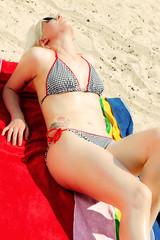 Junge Frau im Urlaub am Strand 498