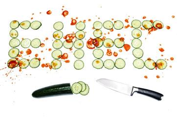 EHEC Gurke in Scheiben mit Messer und Blut