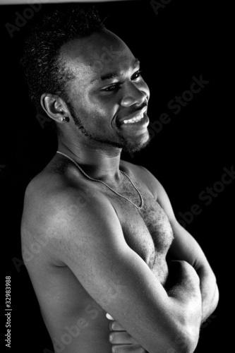jeune homme africain torse nu - noir et blanc
