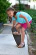Mädchen beim Skateboard fahren