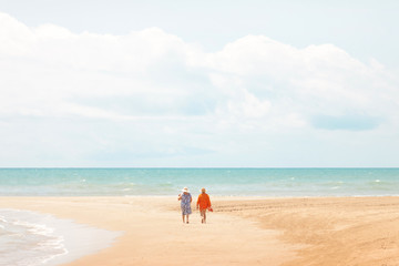 Dos señoras con vestido de paseo por la playa centradas