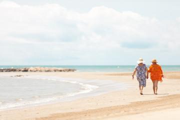 Dos señoras de paseo a orillas del mar