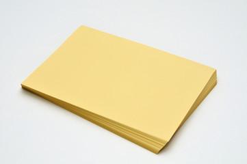 risma di fogli gialli - inclinata