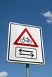 Fahrradschild unter blauem Himmel I