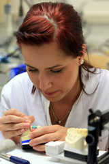 Dental Techniker bei Keramik schichten