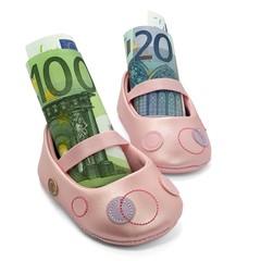 Kinderschuh mit Euroscheinen