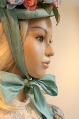 マネキン 横顔アップ 花飾りの帽子