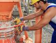 Bauarbeiter an Zementmischer