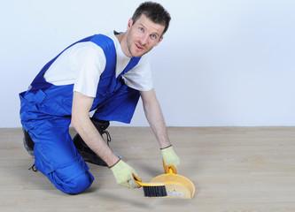 robotnik sprzątający po pracy