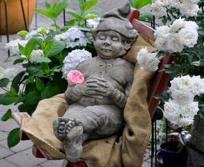 Ruhender Goblin auf Gartenstuhl