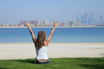 Donna sulla spiaggia di Dubai