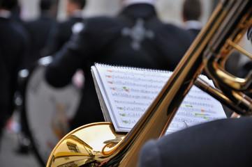 Trompeta de banda musical en la calle