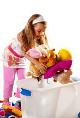 Kind räum seine Speilzeuge auf.