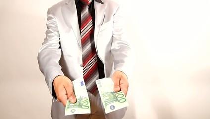 Geld aus der Hosentasche herausholen