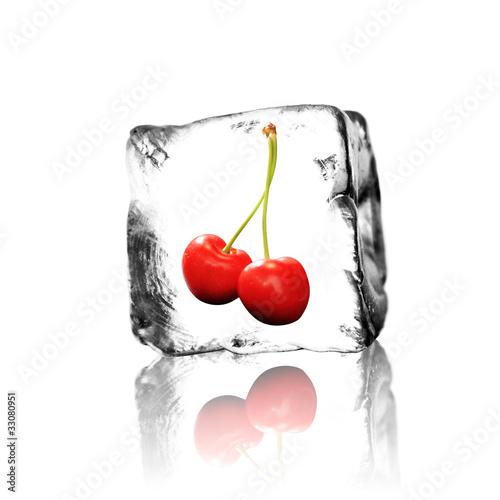 Kirschen im Eiswürfel