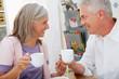 Paar trinkt Kaffee