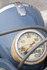 Compteur de vitesse d'un vieux cyclomoteur.