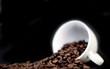 tasse de café sur fond noir