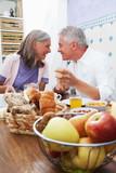 Fototapety Verliebtes Paar beim Frühstück