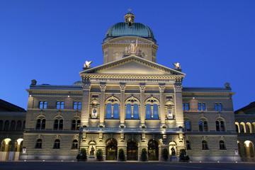 Bundeshaus in Bern bei Nacht