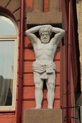 Фрагмент здания со скульптурой мужчины