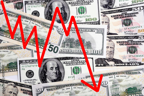 Amerikanische Banknoten mit sinkendem Pfeil