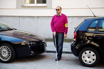 Blinder Mann mit Stock