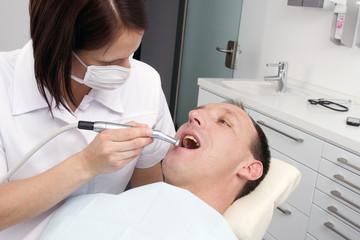 Zahnarztbehandlung (mr)