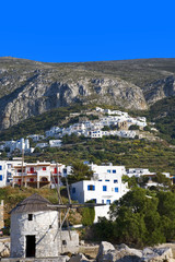 grèce; cyclades; amorgos : village d'Egiali, potamos et moulin