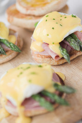 Eggs Benedict with ham & asparagus