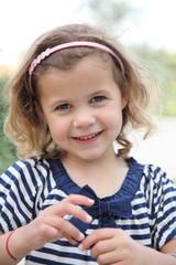 Tendre sourire d'une fillette de 4 ans #2