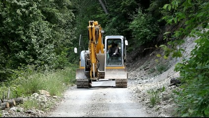 Строительная техника на горной дороге.