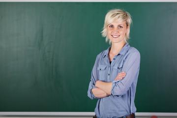 junge lehrerin vor der tafel