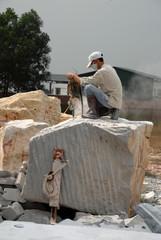 Bildhauer an Marmorblock