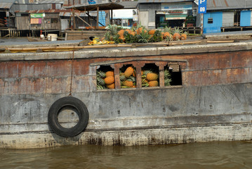 Transportkahn mit Ananas