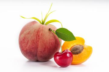 frutta estiva su fondo bianco