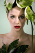 Beauty Frau mit grünem Kopfschmuck