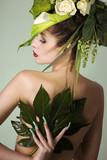 Beauty Frau mit grünem Kopfschmuck Rückenansicht