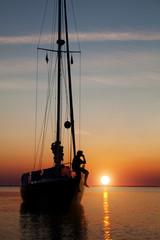 Segelboot vor Anker beim Sonnenuntergang