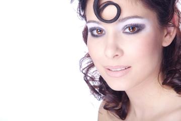 Hübsche junge Frau mit Studio Make Up, quer