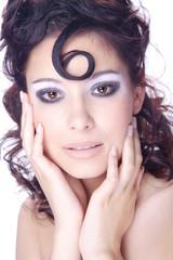 Hübsche Frau mit Make Up im Nagelstudio, Hände im Gesicht hoch