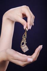 Frauen Hände mit tollen Nägel und Schmuck Würfel