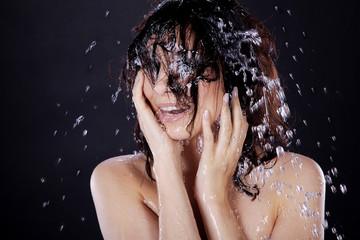 Frau duscht voller Vergnügen